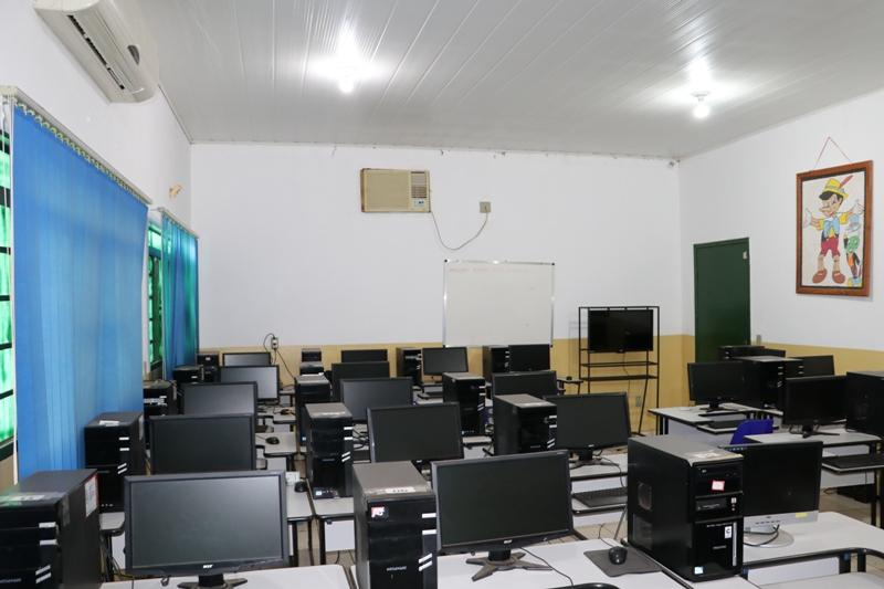 Educação: escolas reformadas e armários cheios