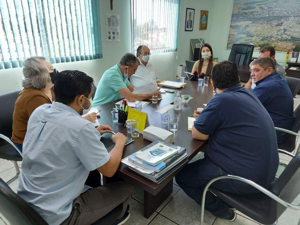 Prefeito e secretários se reúnem com equipe da nova gestão