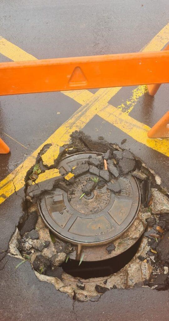 Prefeitura realiza conserto de poço de visita no cruzamento da Rua das Flores com a Monte Castelo