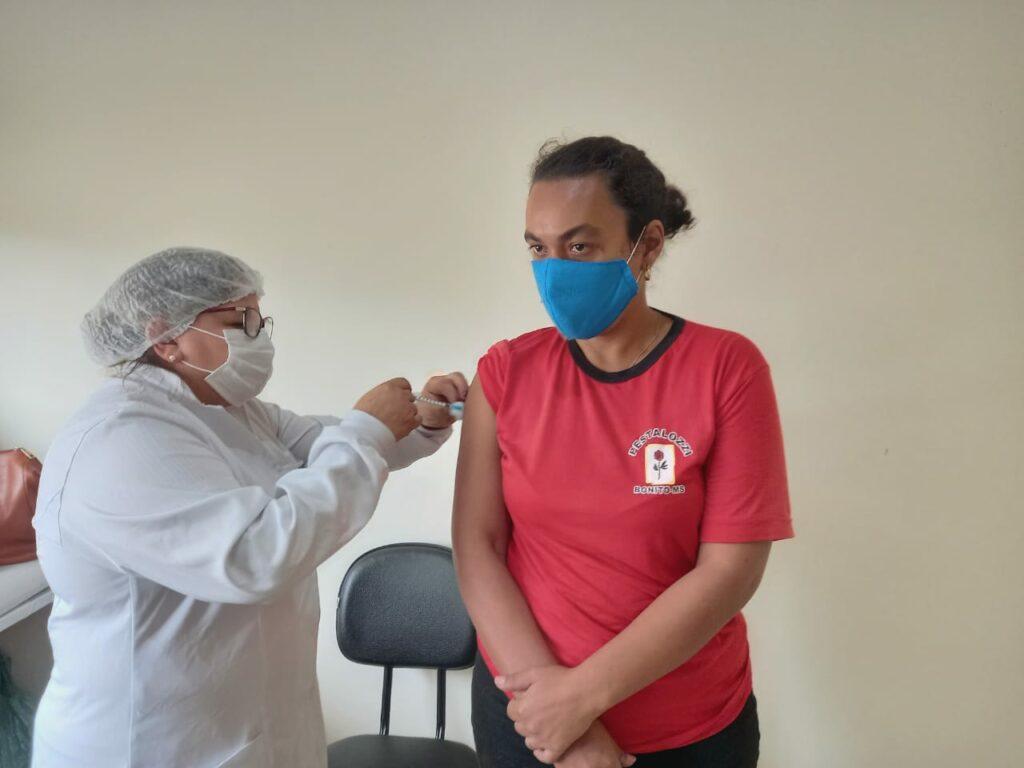 Alunos da Pestallozi de Bonito são imunizados contra à Covid-19