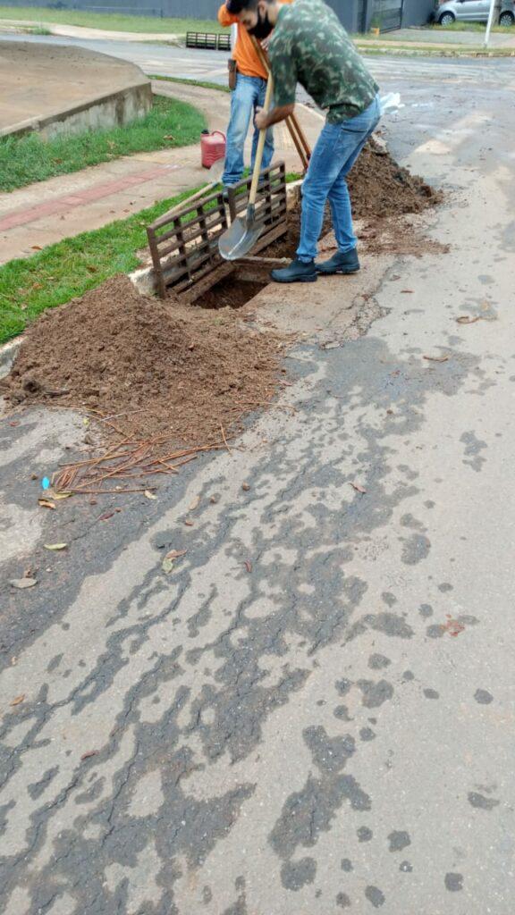 Secretaria de Obras realiza limpeza de boca de lobo em vários locais do município