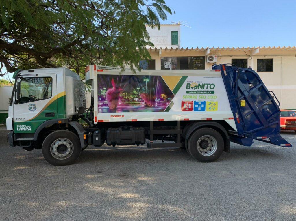 Prefeito entrega novo caminhão compactador hidráulico para coleta de lixo