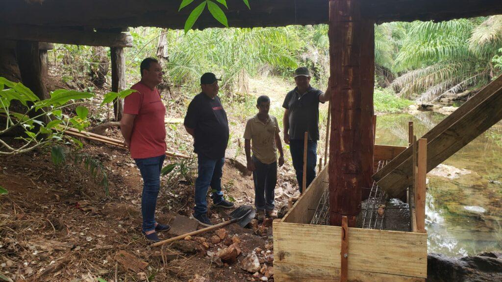 Prefeito vistoria obra de reforma de ponte na área rural durante o sábado