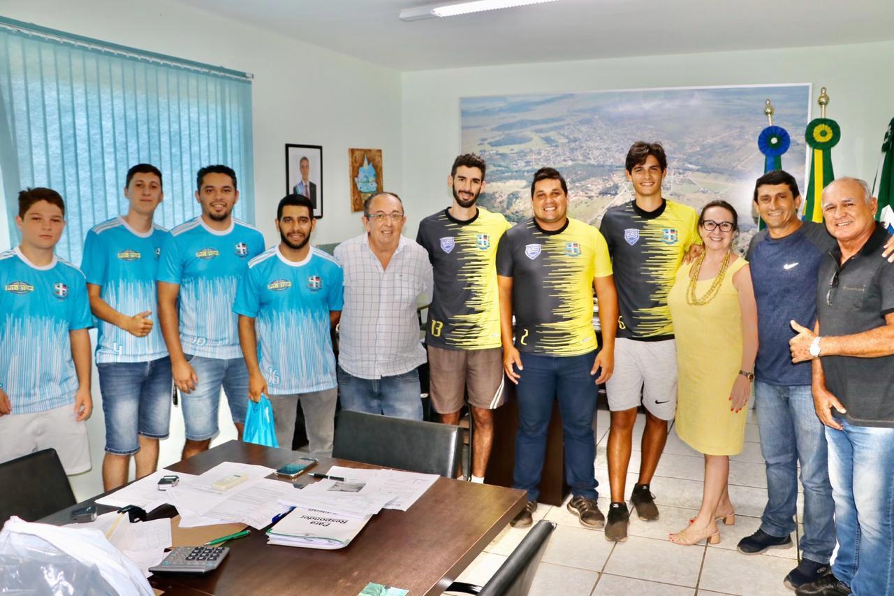 Prefeitura entrega jogos de camisetas para equipes de futsal