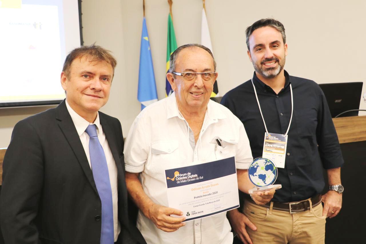 Diretor da RCD, jornalista e professor José Marinho; prefeito Odilson e Paulo Fernand, diretor-presidente da Agetec. Foto: Jabuti