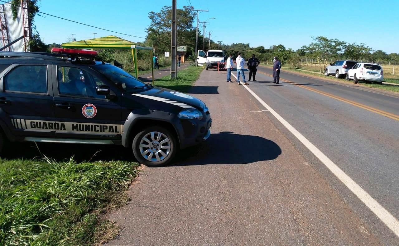 Barreira sanitária faz controle de veículos na entrada da cidade