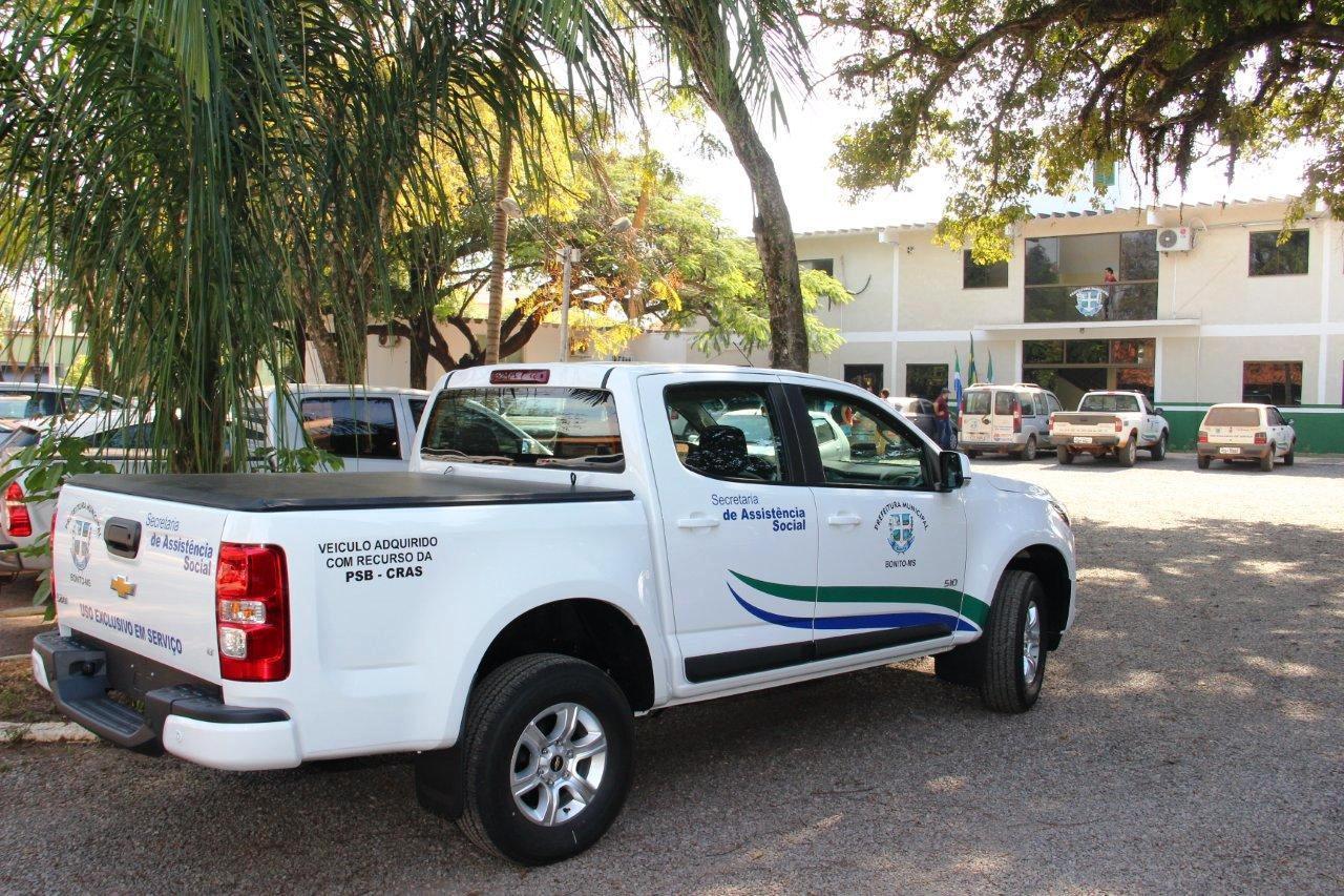 Prefeito entrega veículo para Secretaria de Assistência Social